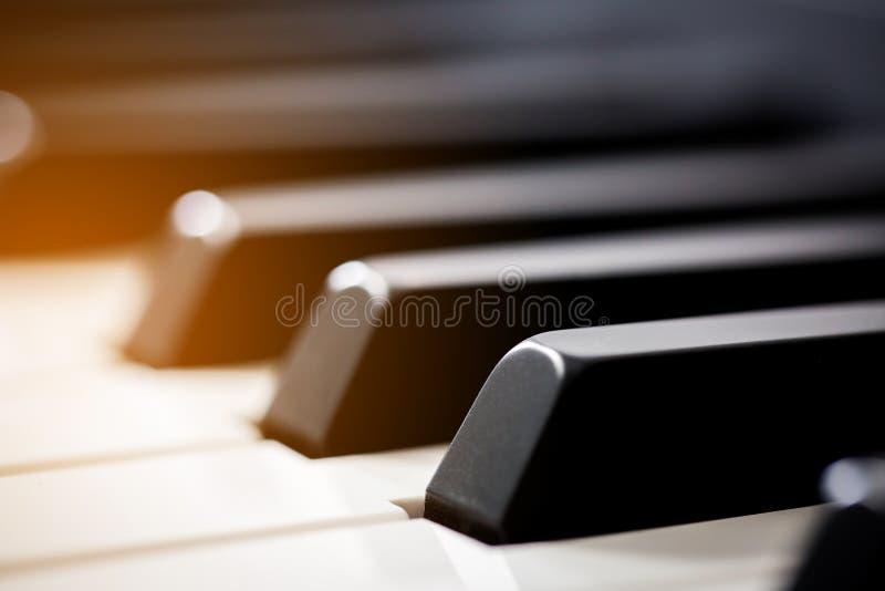 Das weiße Elfenbein und die schwarzen Tasten eines Klaviers lizenzfreies stockbild