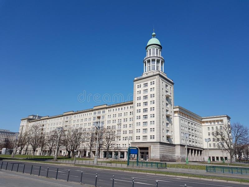 Das Weiße Haus mit einem runden grünen Turm lizenzfreie stockfotografie
