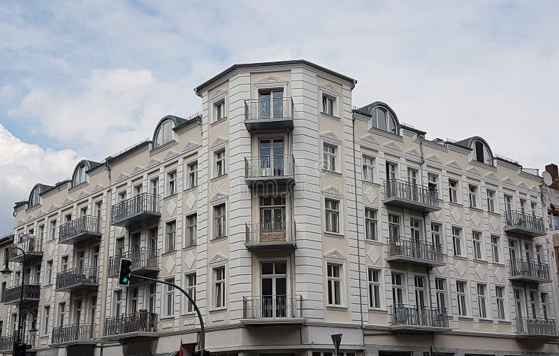 Das Weiße Haus mit einer gelben Verzierung und Balkonen lizenzfreie stockbilder