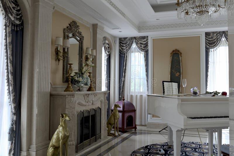 das wei e klavier im empfindlichen wohnzimmer stockfoto bild 57766888. Black Bedroom Furniture Sets. Home Design Ideas