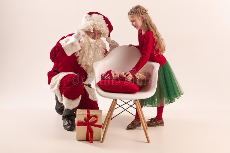 Das Weihnachtsporträt des netten kleinen neugeborenen Babys, gekleidet im Weihnachten kleidet, Atelieraufnahme, Winterzeit lizenzfreies stockbild