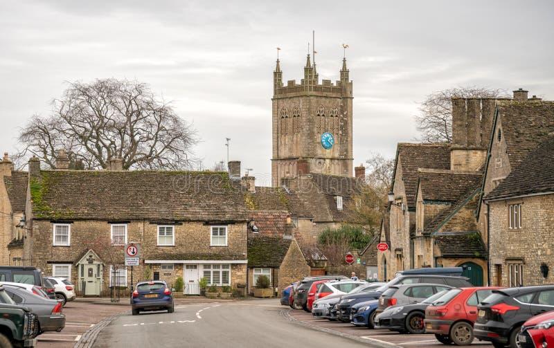 Das Wiltshire-Dorf Sherston und die Kirche des Heiligen Kreuzes, England lizenzfreies stockbild