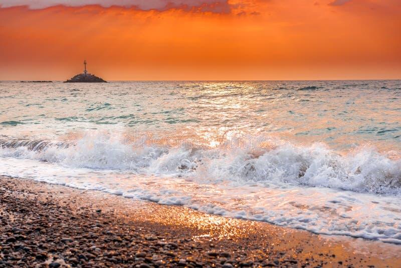 Das Wirbeln bewegt bei Sonnenuntergang in Griechenland wellenartig stockfotografie