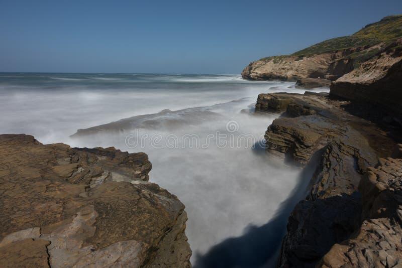 Das Wirbeln bewegt entlang Pazifikküste wellenartig lizenzfreies stockbild