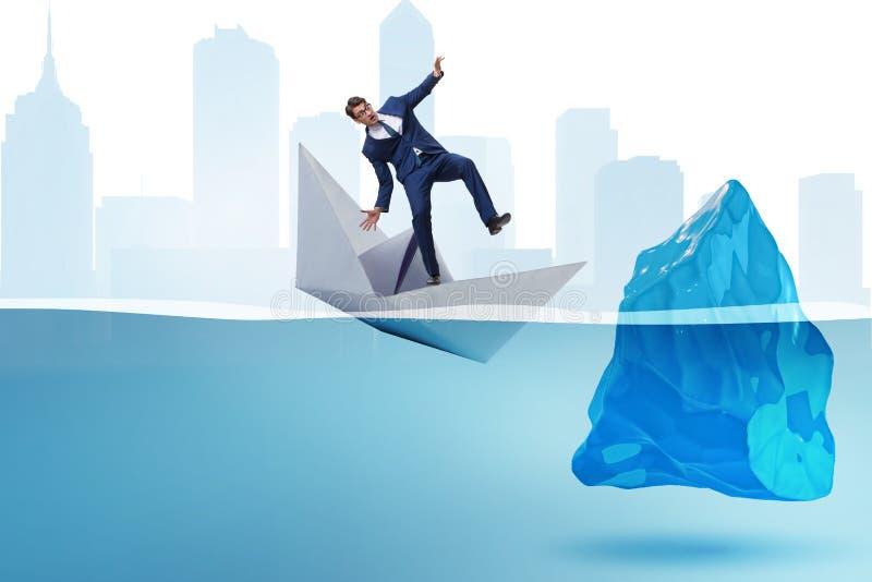 Das Wirtschaftskrisekonzept mit Geschäftsmann in sinkendem Papierboot lizenzfreie stockbilder