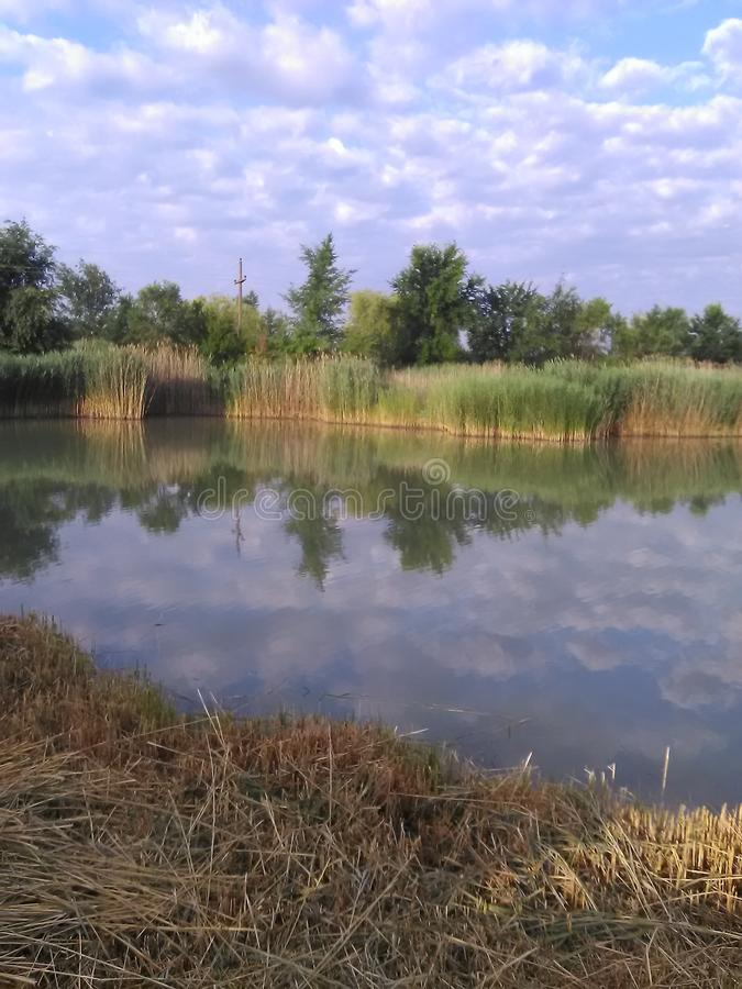Das Wolke replection auf dem Wasser lizenzfreies stockbild