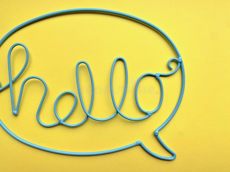 Das Wort 'HALLO 'wird vom blauen Draht gemacht stockbild