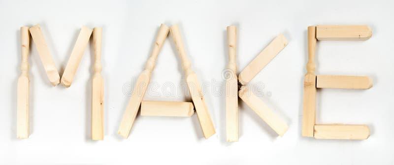 """Das Wort """"machen"""" geschrieben in Buchstaben von hölzernen Stangen lizenzfreie stockfotos"""