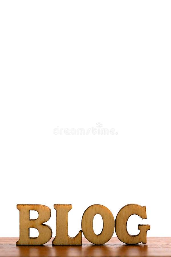 Das Wort BLOG werden von den hölzernen Buchstaben auf einem weißen Hintergrund gemacht Kopieren Sie Raum auf die Oberseite für ei stockfotos