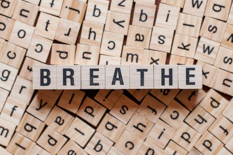 Das Wort BREATHE zum Konzept der Bausteine lizenzfreies stockbild
