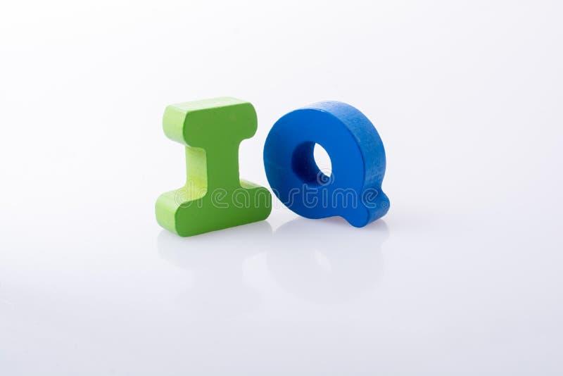 das Wort IQ geschrieben mit Buchstabeblöcken stockfoto