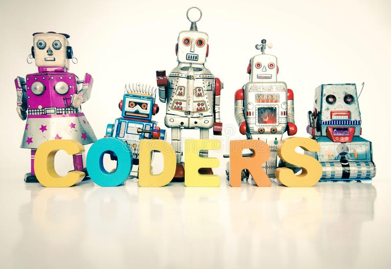 Das Wort KODIERER mit Retro- Roboterspielwaren stockfoto