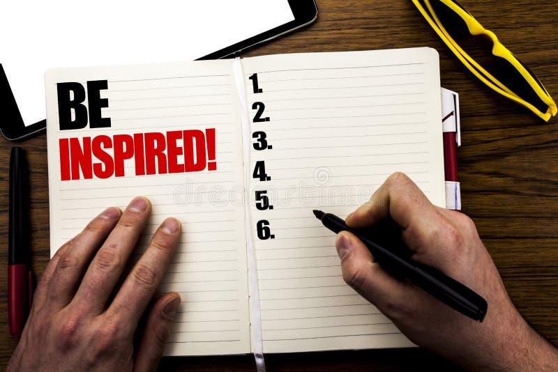 Das Wort, schreibend wird angespornt Geschäftskonzept für Inspiration, Motivation geschrieben auf Buch, hölzerner Hintergrund mit stockfotos