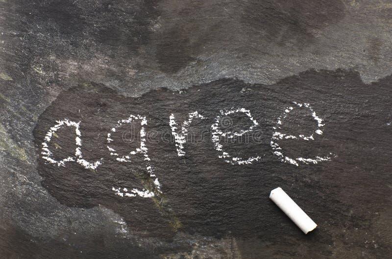 Das Wort stimmen geschrieben mit Kreide auf schwarzen Stein überein stockbilder