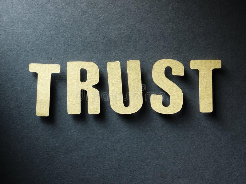 Das Wort Vertrauen auf Papierhintergrund stockfotos
