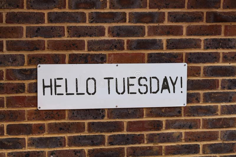 Das Wortschreiben simsen hallo Dienstag Geschäftskonzept für einen Gruß oder ein herzliches Willkommen zum dritten Wochentag lizenzfreie stockbilder