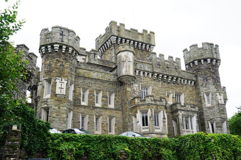 Das Wray-Schloss nahe See Windermere in Cumbria, England stockfotografie