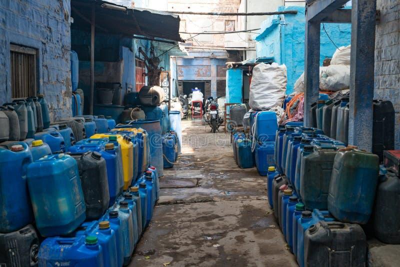 Das Yard voll blaue Behälter stockfotos