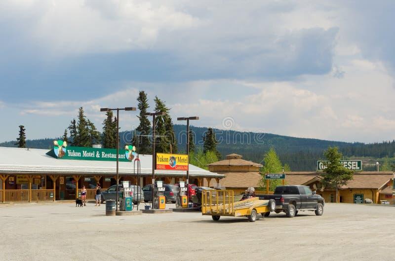 Das Yukon-Motel und die Tankstelle am teslin lizenzfreie stockfotos