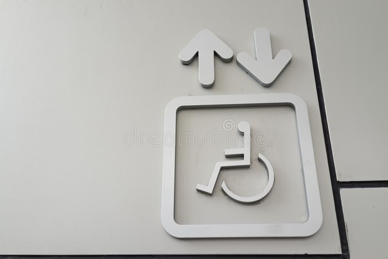 Das Zeichen des Aufzugs für behinderte Handikaprollstuhlleute stockbild