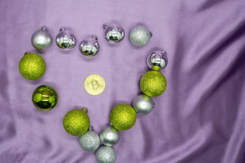 Das Zeichen des Herzens und das goldene bitcoin prägen, die Liebe und Geld, die neues Jahr des Hintergrundkonzeptes vorwählen lizenzfreie stockbilder