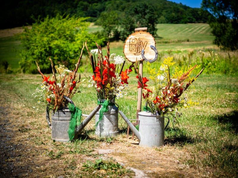 Das Zeichen für die Partei mit Blumen und Gießkanne lizenzfreie stockfotografie