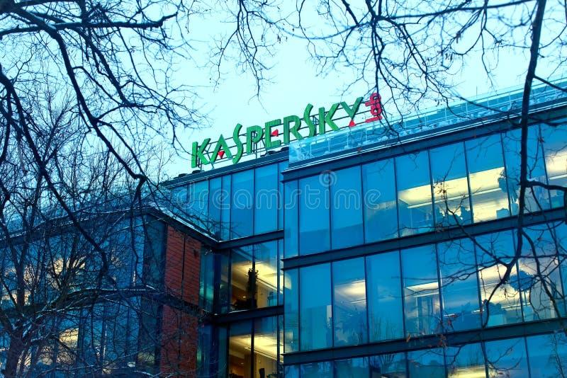 Das Zeichen Kaspersky-Labor auf dem Gebäude des Hauptbüros von lizenzfreie stockfotografie