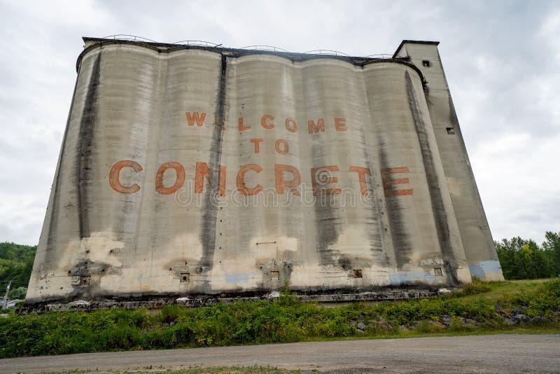Das Zeichen, das von den alten konkreten Silos gemacht wird, begrüßt Besucher zur Kleinstadt in Nord-Washington stockbilder