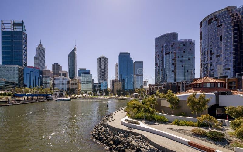 Das zentrale Geschäftsgebiet von Perth gesehen von der Elizabeth Quay-Fußgänger- Brücke, West-Australien lizenzfreie stockfotos