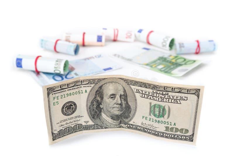 Das Zitat des Dollars wuchs gegen den Euro Banknoten auf einem weißen Hintergrund lizenzfreie stockfotos