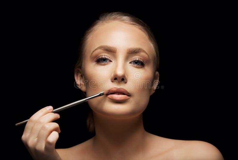 Das Zutreffen der recht jungen Frau bilden auf Lippen stockfotografie