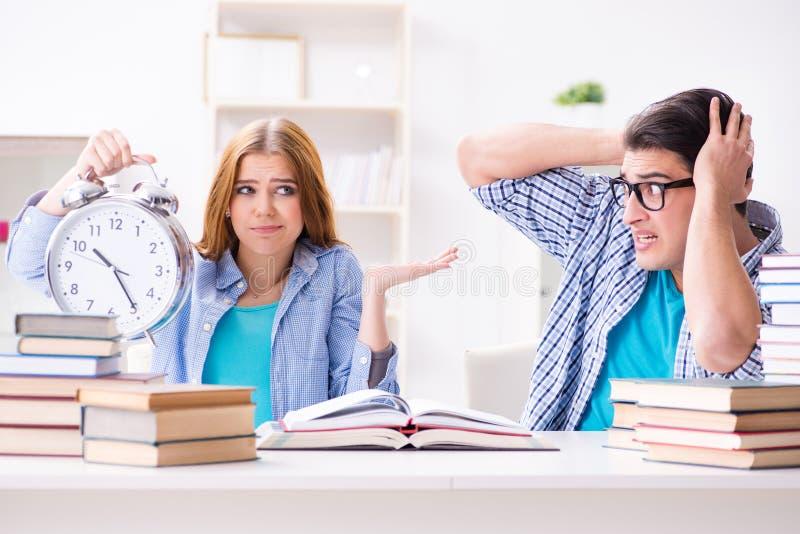 Das zwei Studenten runnng unzeitgemäß, zum sich für Prüfungen vorzubereiten lizenzfreies stockfoto