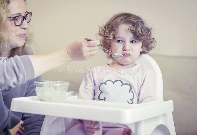 Das zweijährige Kind ist frech und lehnt ab zu essen stockbilder