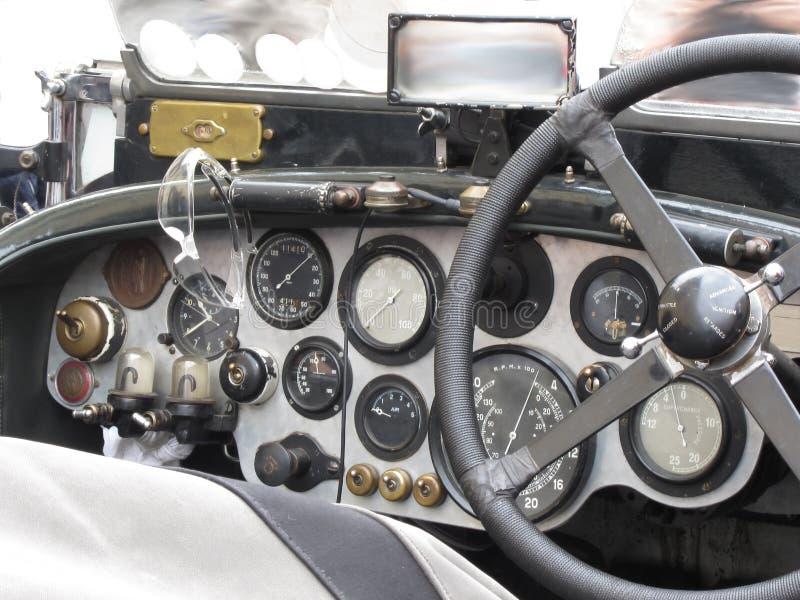 Dashboard en stuurwiel in binnenland van Britse klassieke die sportwagen op witte achtergrond wordt geïsoleerd royalty-vrije stock foto's