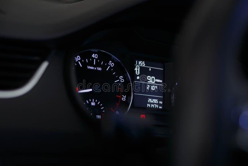 Dashboardauto met een mooi wit licht stock foto