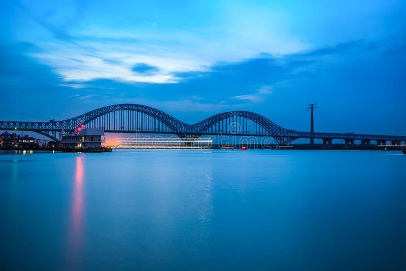 Dashengguan γέφυρα ποταμών yangtze του Ναντζίνγκ στο σούρουπο στοκ εικόνα