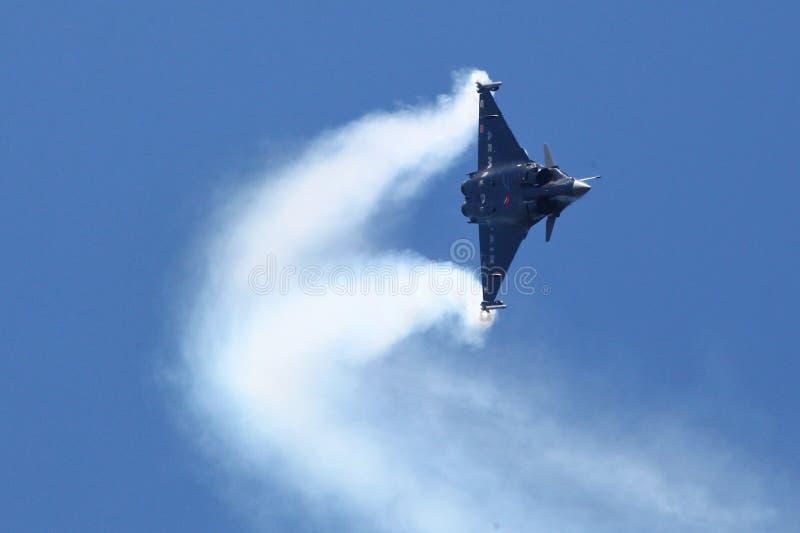 Dassault Rafale tijdens een acrobatische vlucht royalty-vrije stock foto