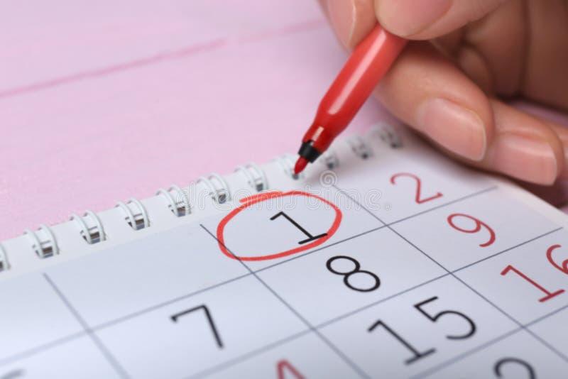 Data de circundamento da mulher no calendário, close up imagem de stock royalty free
