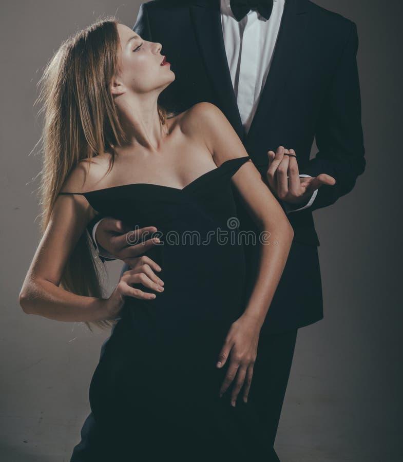 Data di belle coppie L'uomo e la donna svegli stanno datando Rosa rossa Amore Amore appassionato Le mie coppie Coppie amorose fotografia stock libera da diritti