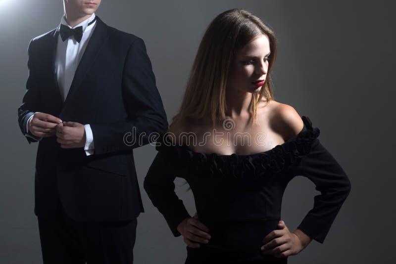 Data di belle coppie L'uomo e la donna svegli stanno datando Rosa rossa Amore Coppie di amore insieme all'affare fotografia stock libera da diritti