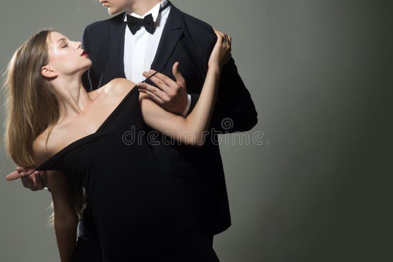 Data di belle coppie L'uomo e la donna svegli stanno datando Rosa rossa Amore Coppie di amore insieme all'affare immagini stock libere da diritti