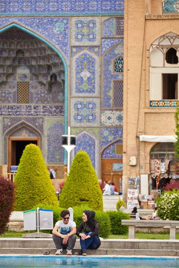 Data di giovani amanti iraniani accanto alla moschea, Ispahan, Iran fotografia stock