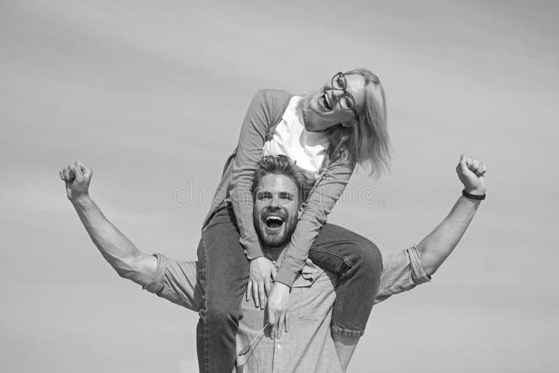Data feliz dos pares que tem o divertimento junto Os amantes apreciam a data e o sentimento livre Conceito da liberdade O homem l fotografia de stock royalty free