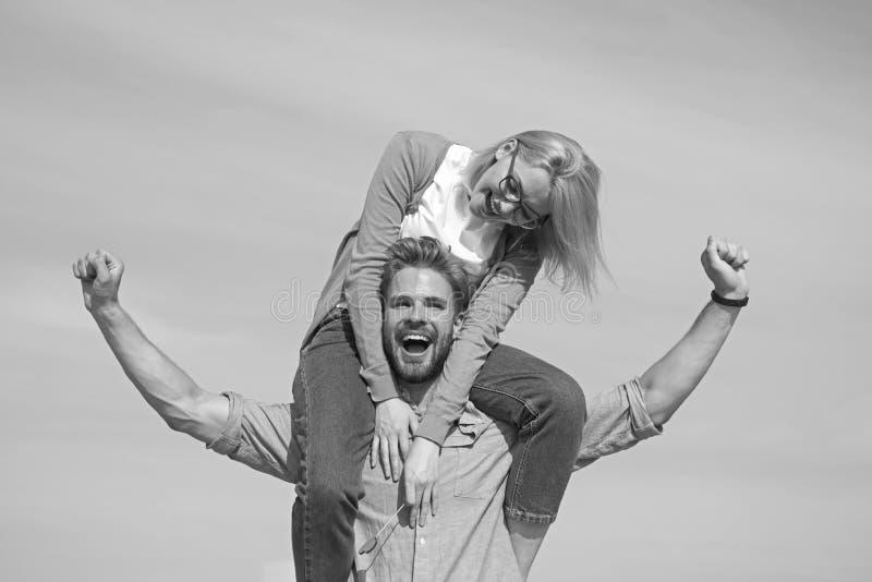 Data feliz dos pares que tem o divertimento junto Os amantes apreciam a data e o sentimento livre Conceito da liberdade Os pares  fotos de stock royalty free
