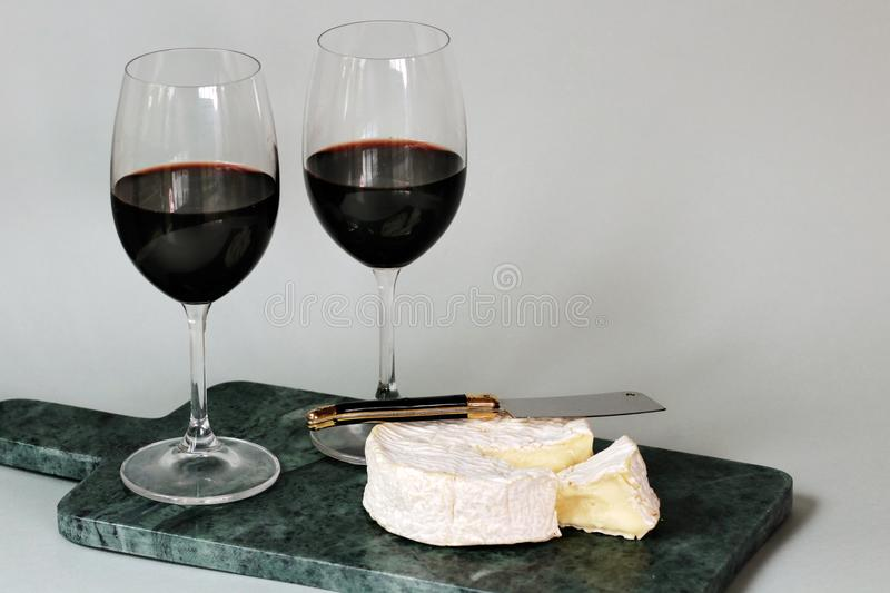 Data francesa do queijo e do vinho tinto do amor do camembert imagem de stock royalty free