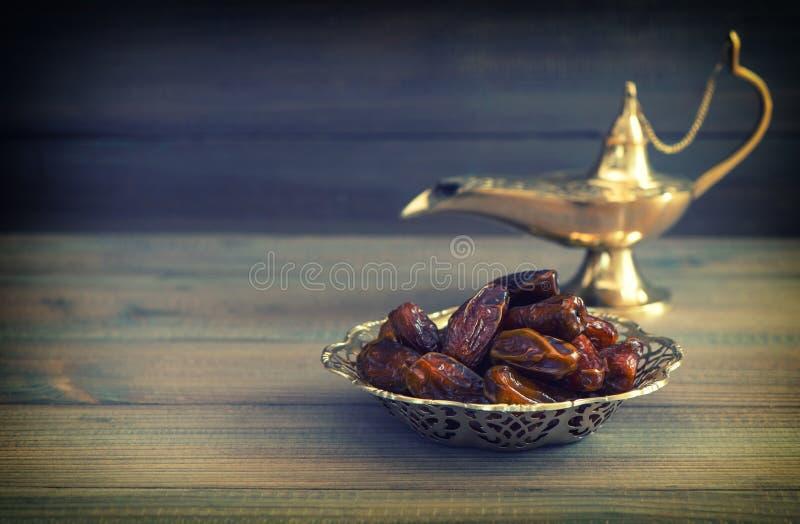 Data in gouden kom en Arabische Aladdin-lamp Uitstekende stijl royalty-vrije stock afbeeldingen