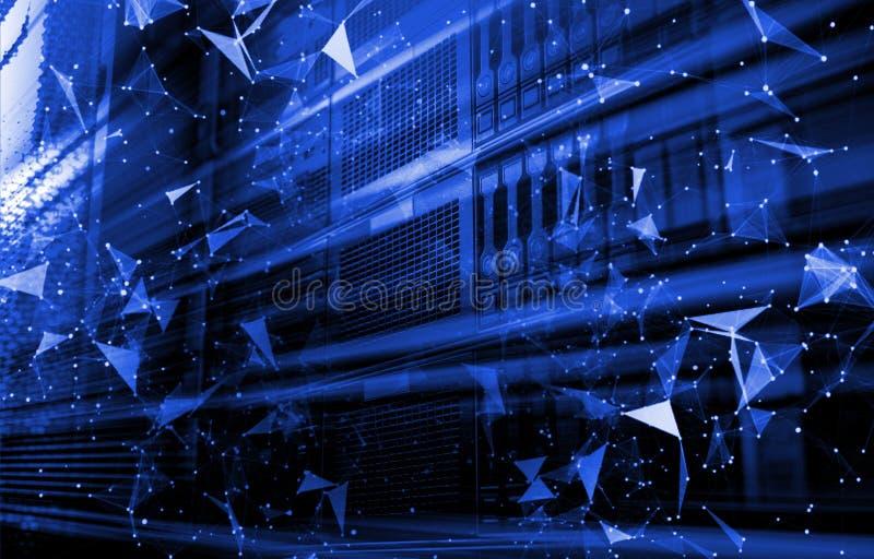 Data- och för triangel för nätverksanslutning linjer och sfärer för Digital dator i futuristisk teknologibegreppsrad av harddisks royaltyfria foton