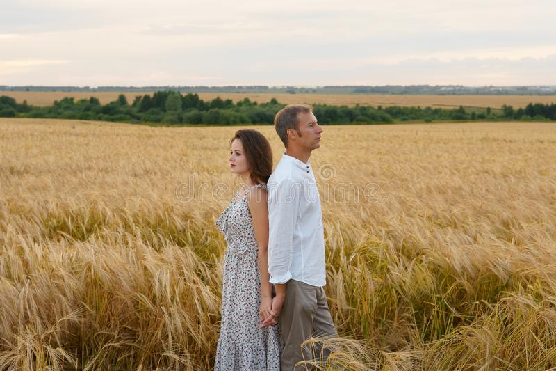 Data romântica no prado do verão, o par do amor abraça imagens de stock