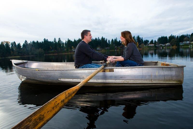 Data romantica su un rowboat fotografia stock libera da diritti