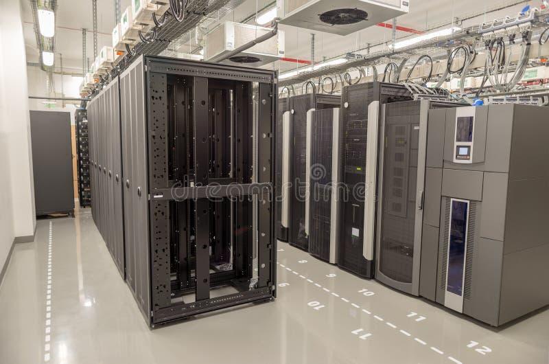 Databasmitt med serveror royaltyfri bild